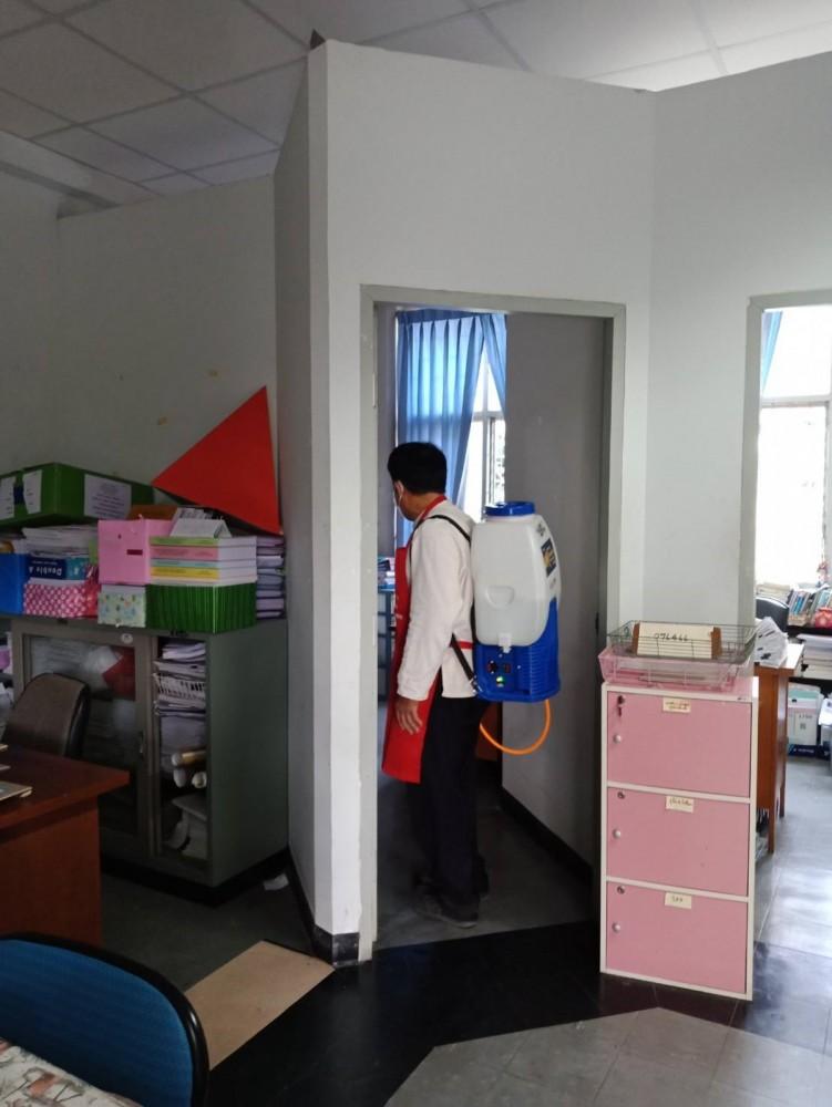 คณะศึกษาศาสตร์ มช. ฉีดพ่นยา Umonium 38 ทั่วบริเวณคณะ เพื่อป้องกันไวรัสโคโรนา (รอบที่ 2)