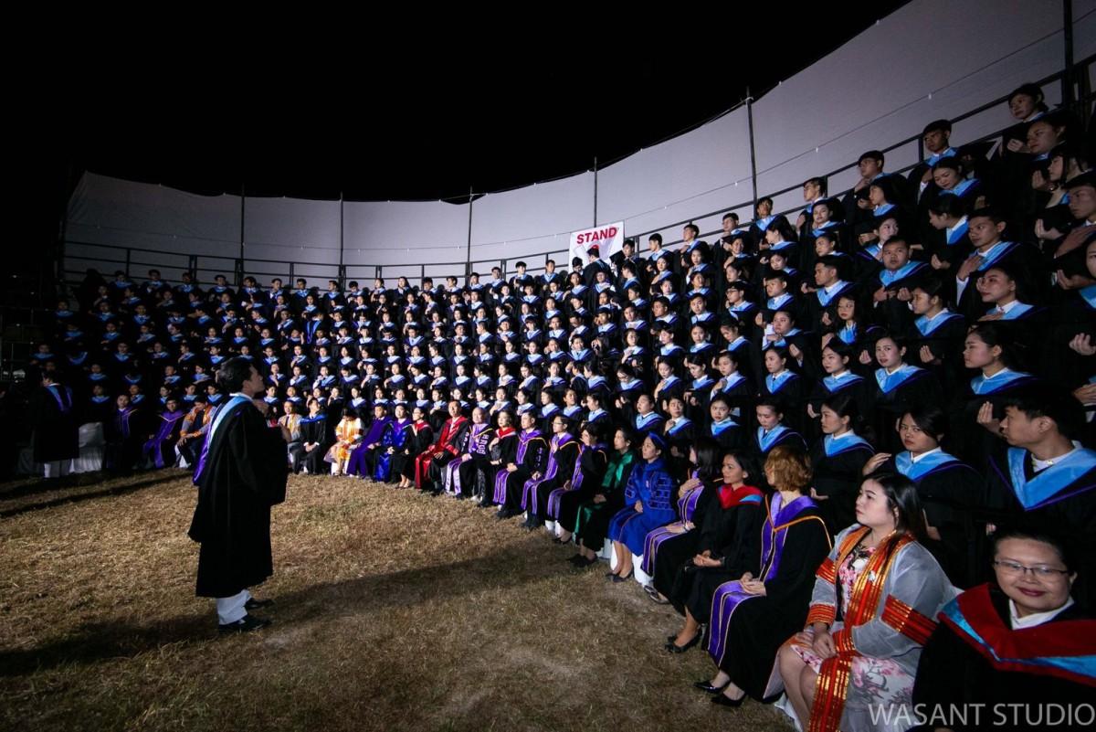 ผู้บริหาร คณาจารย์ ดุษฎีบัณฑิต มหาบัณฑิต และบัณฑิตคณะศึกษาศาสตร์ มช. ถ่ายภาพหมู่ร่วมกัน ในโอกาสพิธีพระราชทานปริญญาบัตร ครั้งที่ 54