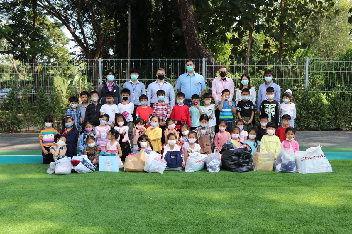 """นักเรียนโรงเรียนสาธิต มช. ระดับอนุบาลและประถมศึกษา ส่งมอบ เสื้อผ้า ของใช้สำหรับเด็ก และอุปกรณ์การเรียน ให้กับ สโมสรโรตารีเชียงใหม่ เพื่อร่วมโครงการ """"Winter Clothing & School Supplies Appeal 2020"""""""