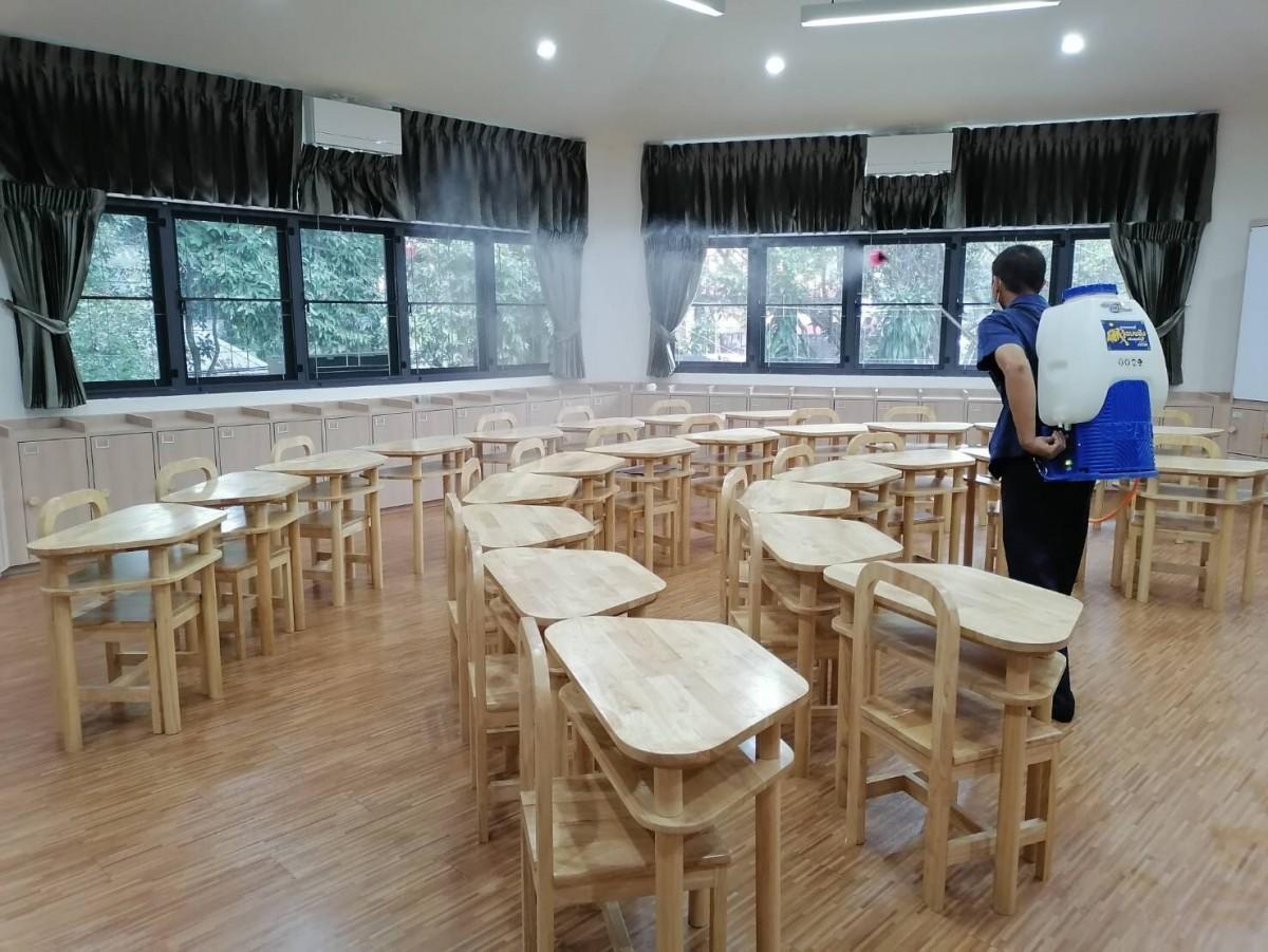 หน่วยอาคารสถานที่ โรงเรียนสาธิต มช. ระดับอนุบาลและประถมศึกษาทำการพ่นยาฆ่าเชื้อเพื่อป้องกันโรคติดต่อ เตรียมพร้อมรับมือ โควิด - 19