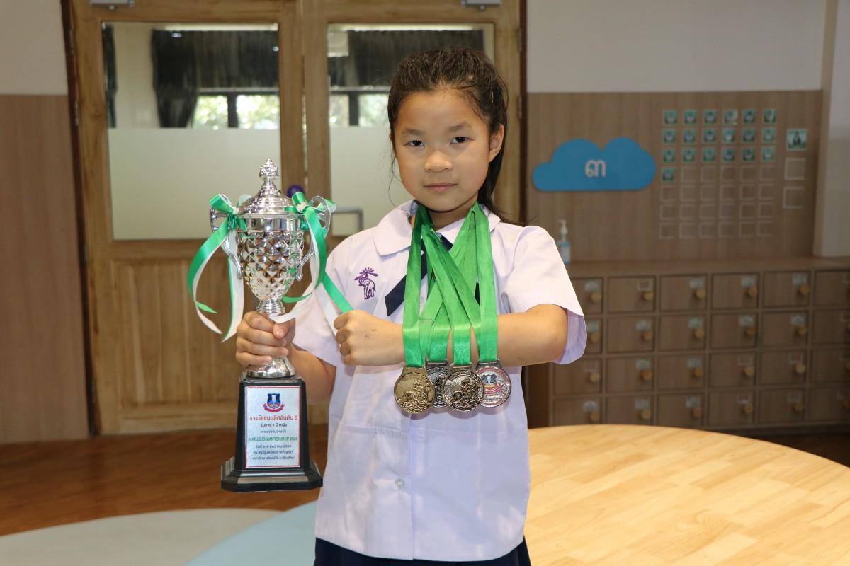 ขอแสดงความยินดี กับน้องเจ้านาง ป.1/2 คว้า 4 เหรียญ จากการแข่งขันว่าย Maejo Championship ประจำปี 2563