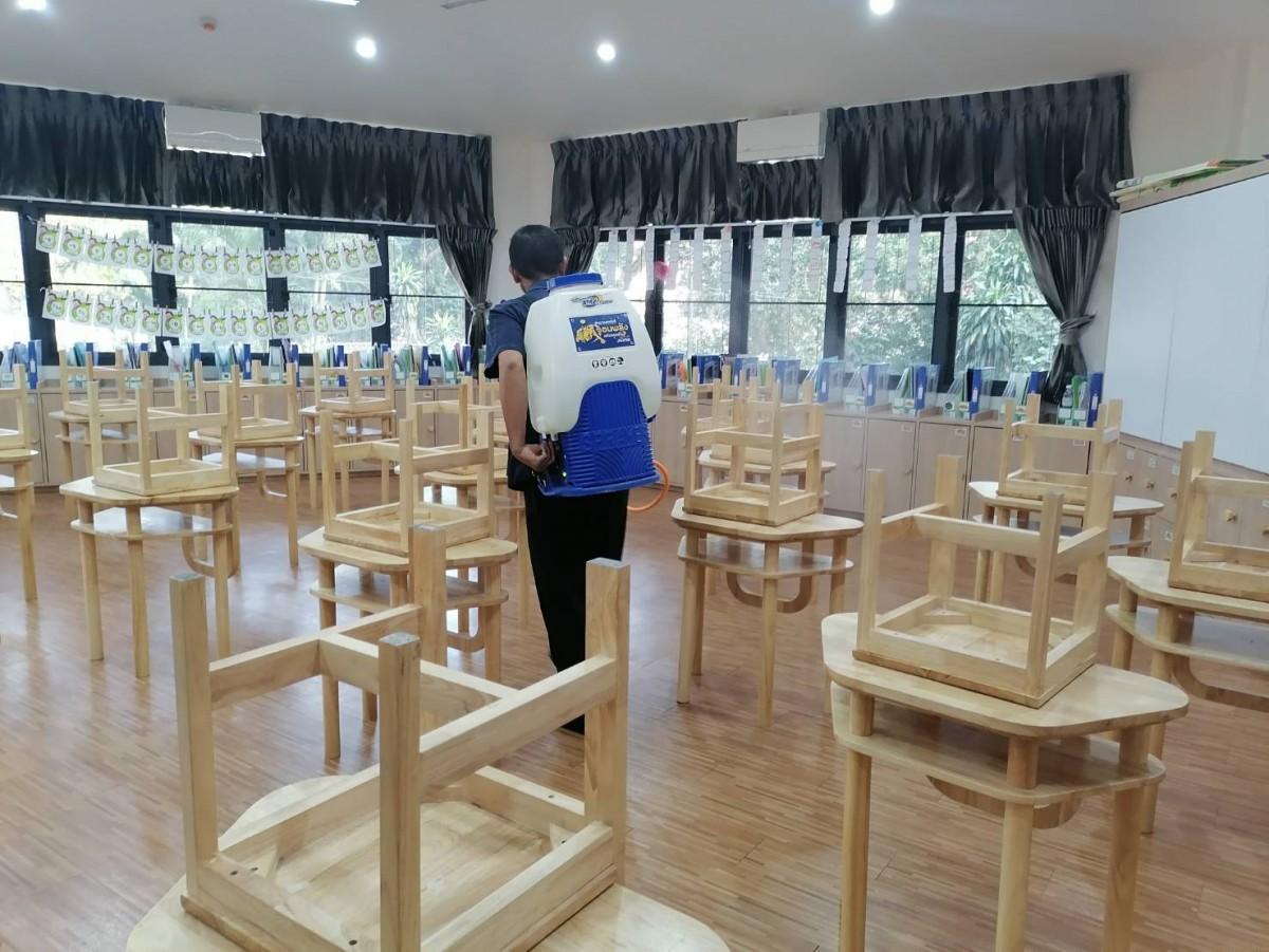 หน่วยอาคารสถานที่ โรงเรียนสาธิต มช. ระดับอนุบาลและประถมศึกษา ทำการพ่นยาฆ่าเชื้อเพื่อป้องกัน โควิด - 19 เตรียมพร้อมเปิดเรียน 25 ม.ค. นี้