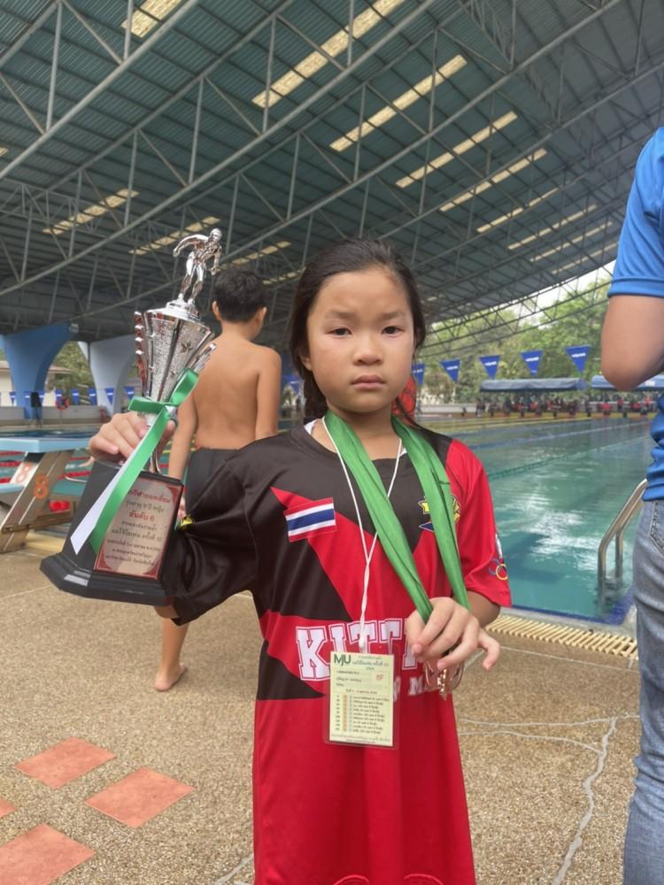 ขอแสดงความยินดี กับ น้องเจ้านาง ป.1/2 คว้า 1 เหรียญทองแดง จากการแข่งขันว่ายน้ำ Maejo Swimming Championship ครั้งที่ 10